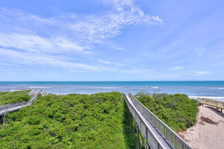 7150 Almost South I * Oceanfront Duplex * 5 Min Drive to Lighthouse