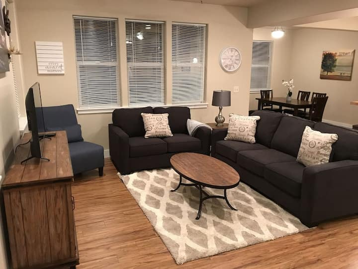 """NEW"" Bozone Bliss-Contemporary Town Home (KING Bed) Steps from Meyer's Lake"