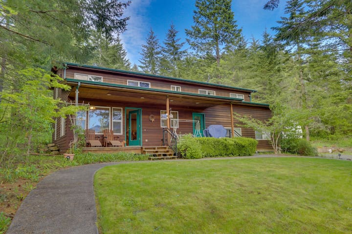 Secluded mountain lodge with beautiful Columbia River Gorge views!