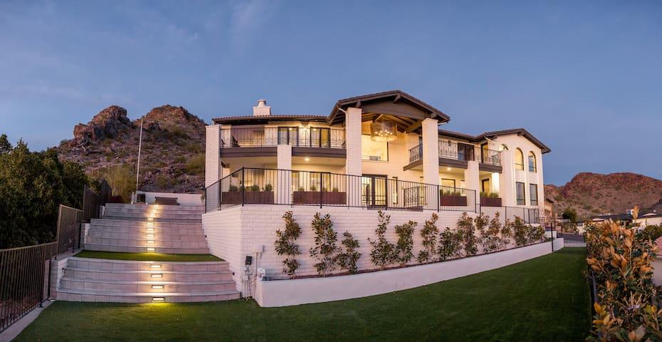 Stately Piestewa Peak Mansion - Casa di Arancio
