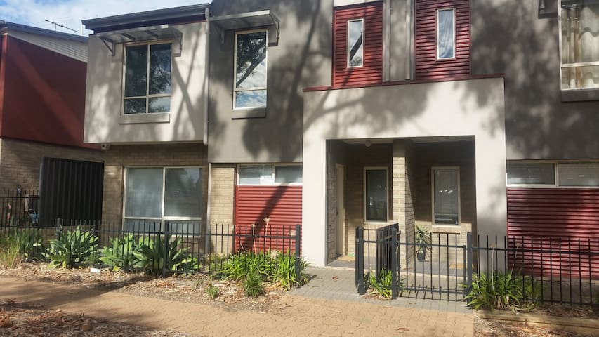 Two Story Townhouse on the Park - Gilles Plains - Apartamento