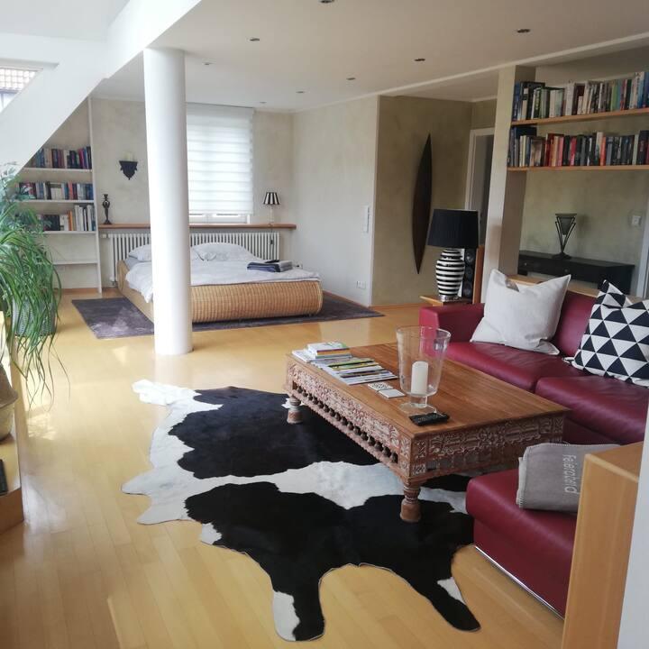 Abgeschlossenes Zimmer,50 qm ,privates Bad, Balkon