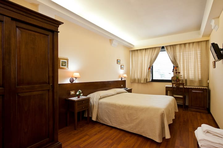 "BENIGNICASE ""CAMERA LILLA"" - Roma - Bed & Breakfast"