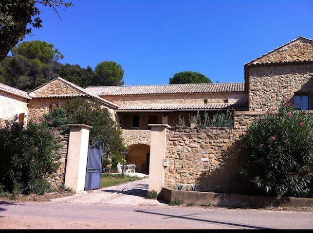 Chambre dans un authentique Mas provençal - Bagnols-sur-Cèze - Hus