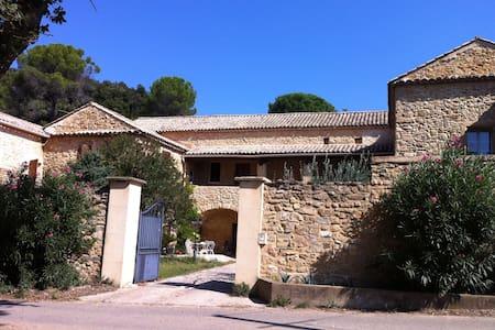 Chambre dans un authentique Mas provençal - Bagnols-sur-Cèze