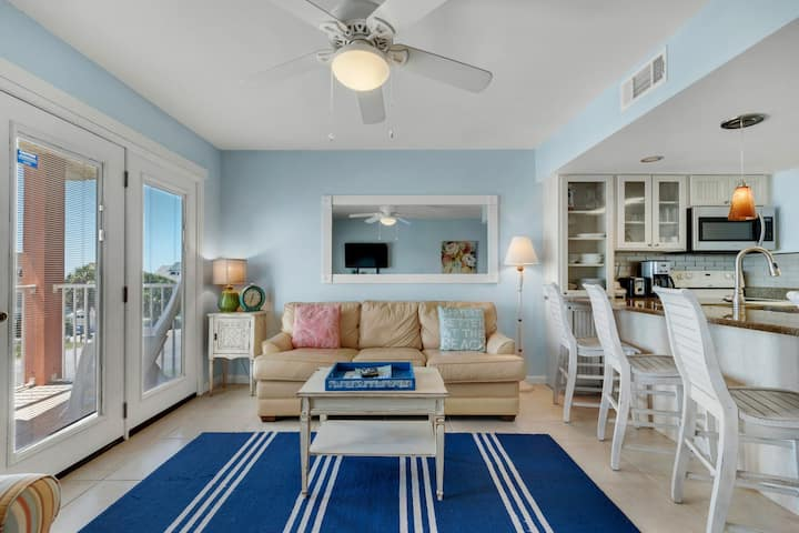 Comfortable unit, Steps to the gulf, Near dining, water views, shared pool
