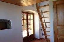 Chambre avec porte fenêtre vitres sans tain