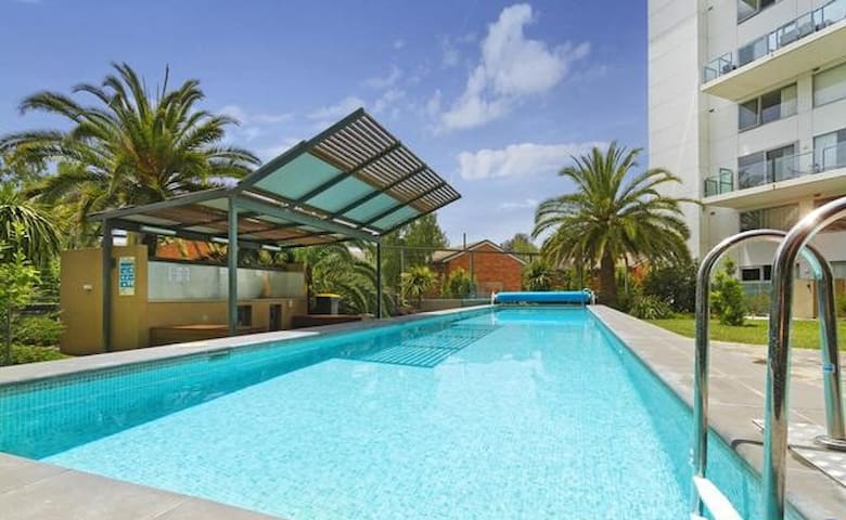 Modern 2BR 2Bath Apartment in CBD + Parking & Pool