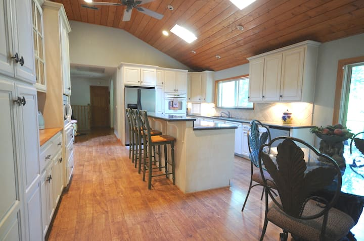 Wicker Moose Manor: 3600 SqFt Multi-family Getaway
