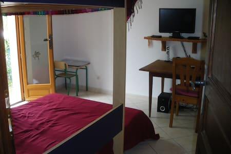 Roquebrune, petite chambre  donnant sur jardin - Roquebrune-sur-Argens