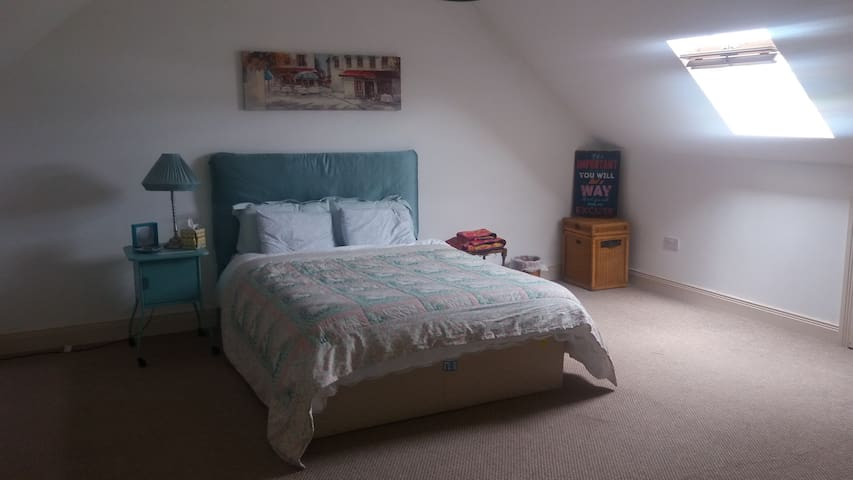 Spacious Triple room in family home with breakfast