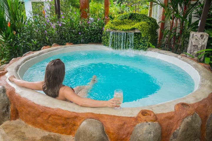 Arenal Villa Mara with private Pool, Jacuzzi & A/C