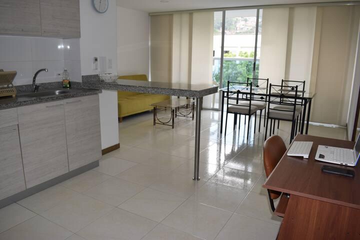 Espacioso apartamento/ balcón y aire acondicionado