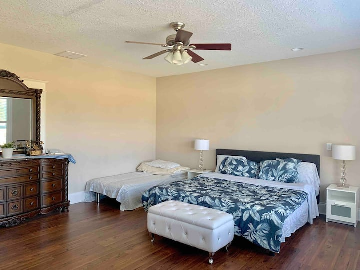 With electric! King bed Private room close to I-5