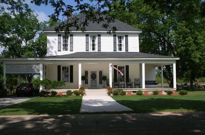 Spacious Farm House On Manicured Grounds