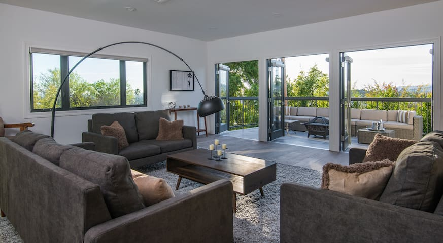 Luxurious East Hollywood Hill Home–Hollywood Views
