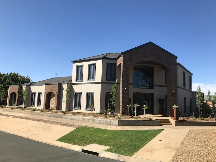 Crisands on Campaspe-Resort style accommodation