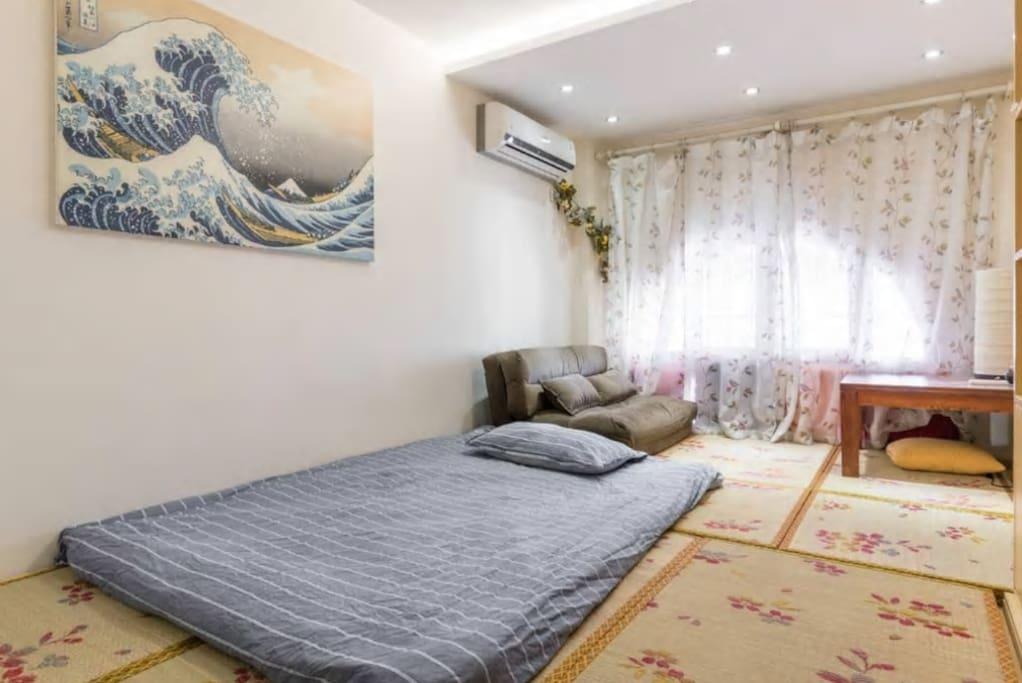 可以睡两人,1.5米乘2米的褥子双人被子,枕头。We provide the 1.5 meter times 2 meter mattress, it can contain 2 people.