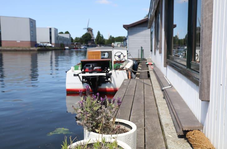 Cosy houseboat