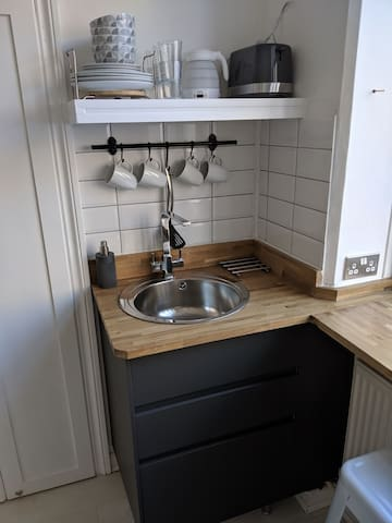 *FANTASTIC PRIVATE APARTMENT*next to train station