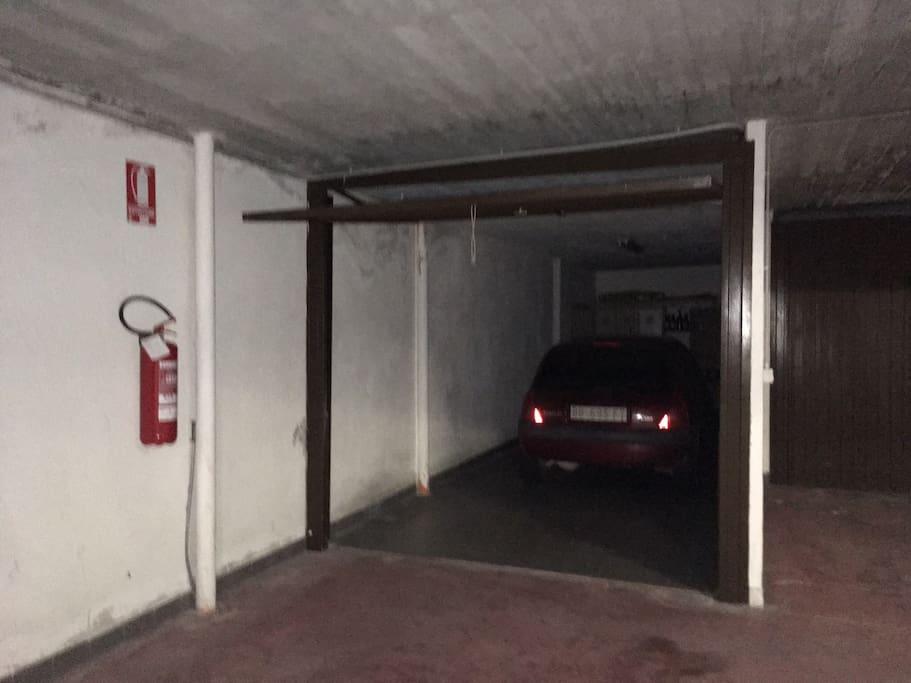 Benvenuti ! Questo è l'ampio garage box interno e senza uscire all'esterno si sale nell'alloggio. Ampio spazio per depositare attrezzature. Il garage si chiude a chiave.