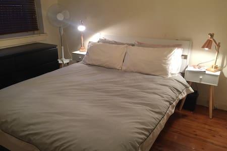 Cozy bedroom in prime location - Double Bay