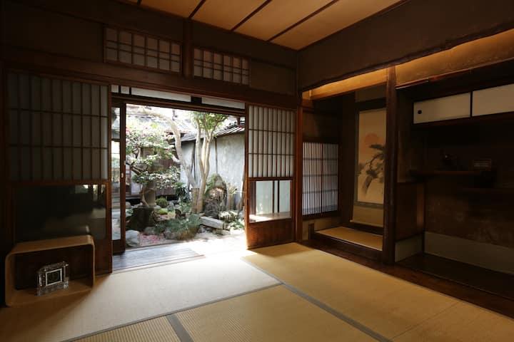 京町家を改装した和室で、専用庭付き離れです。無料朝食付き!!