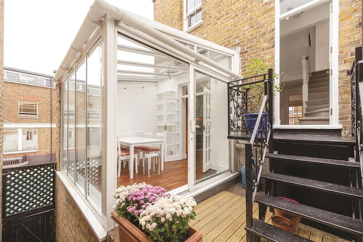 Bright Modern Flat with Conservatory and Terrace
