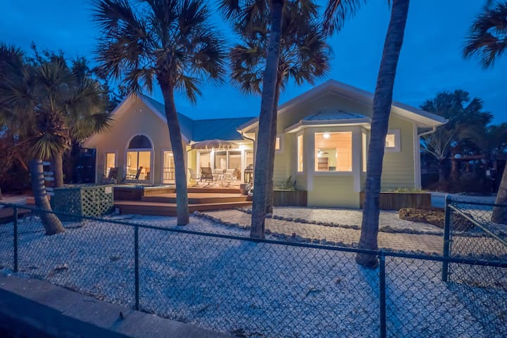 3BR/3BTH Waterfront w/Private Pool & Dock! Pets OK
