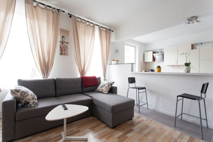 Modern & cozy Apartment, 10 seconds to Metro