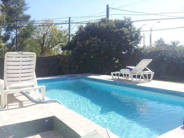 Casa con piscina 5 min de Aereopuerto, 600mt mar.