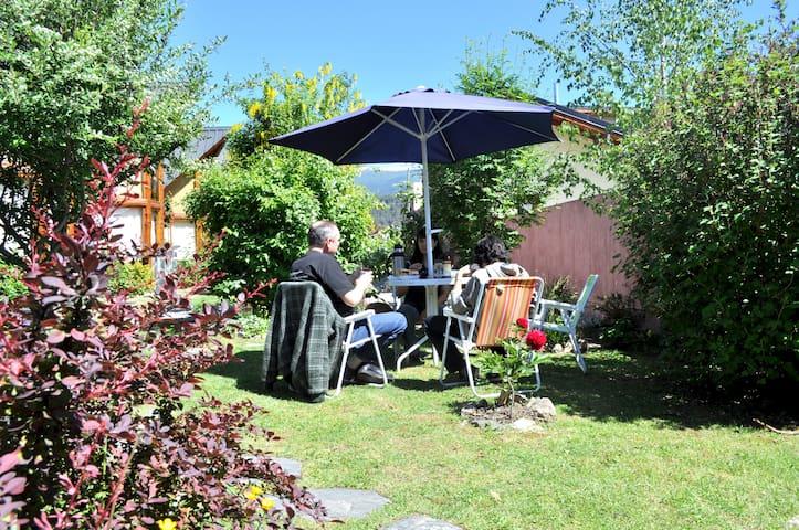Sombrillas, sillas y mesas en el jardín