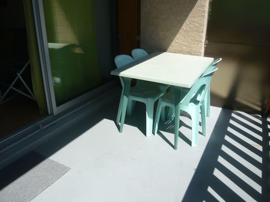 Terrasse de 9m2 au calme et très ensoleillée équipée d'une table avec 4 chaises et 2 transats