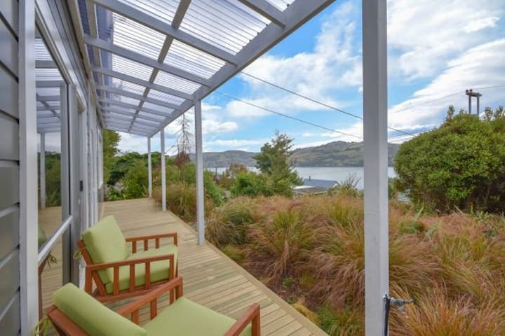 2 Single Beds in Dunedin Villa with Sea Views