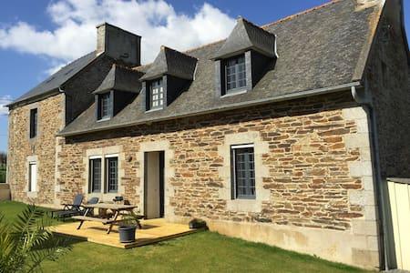 Maison en pierre bretonne proche bord de mer