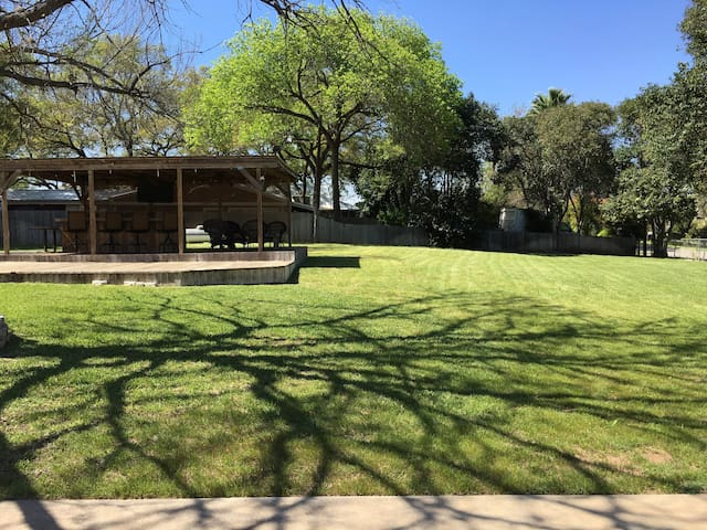 Hudson Bend Cottage next to Lake Travis - Austin