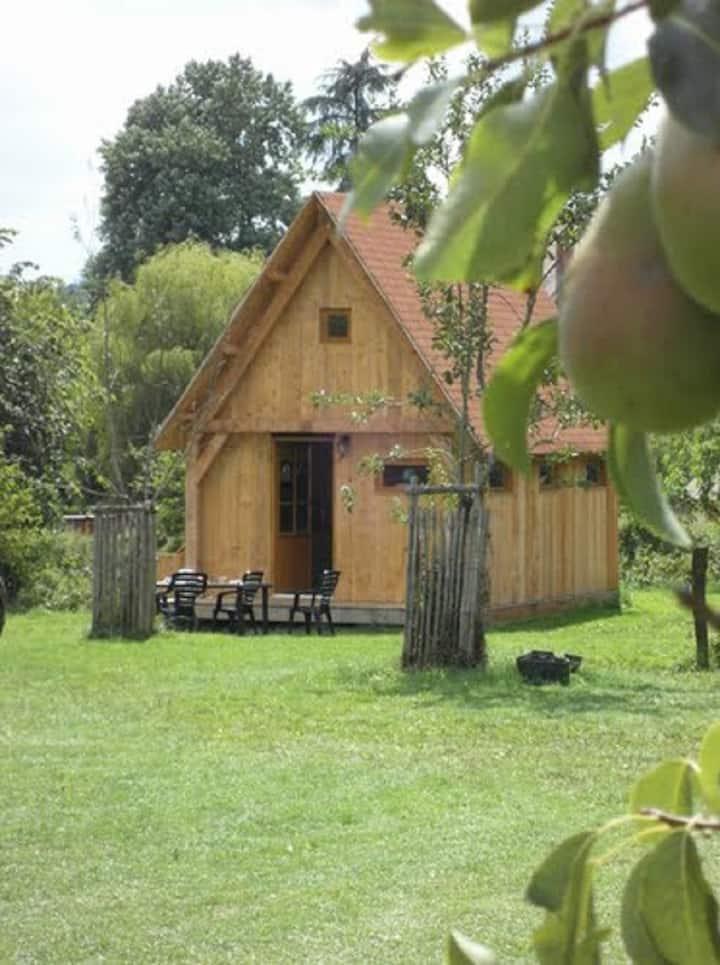 Une jolie cabane conviviale à ferme bio et active