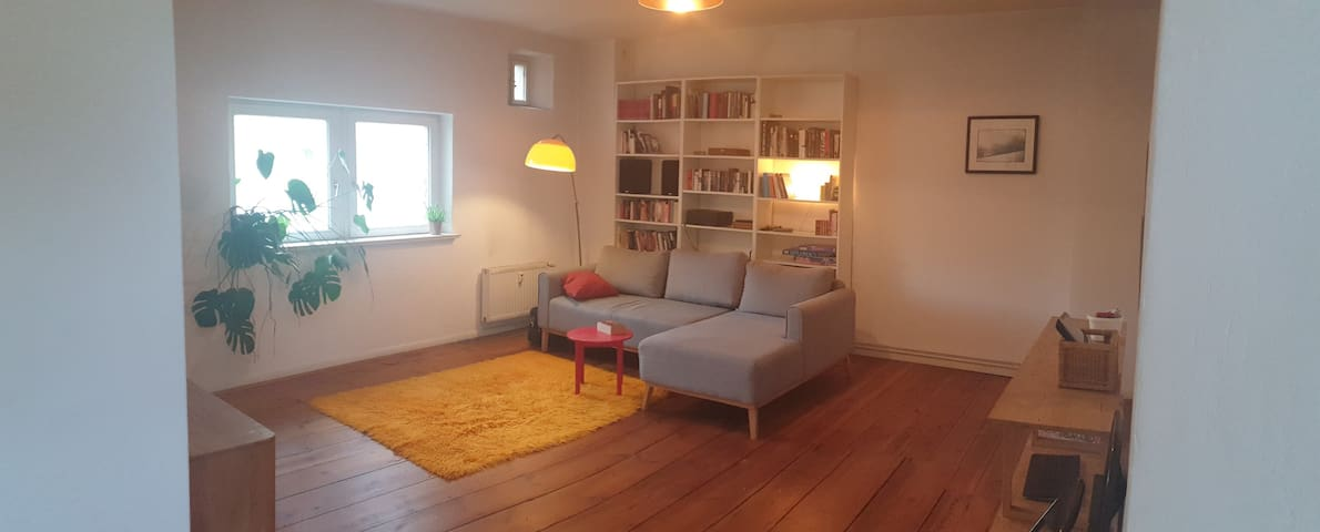 Big Sunny Bedroom in Quiet, Spacious Neukölln Flat