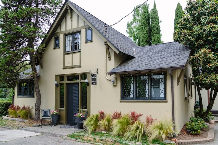 The Seattle Carriage House est 1916