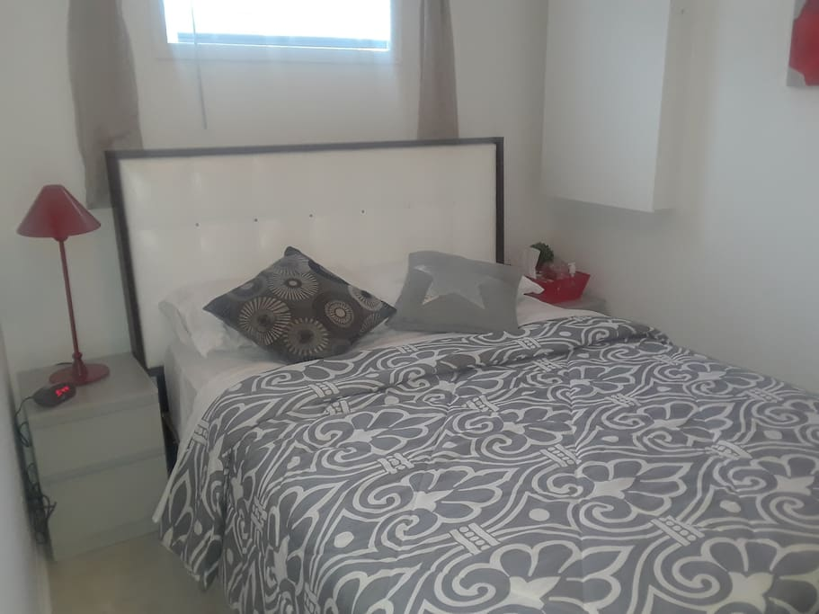 Chambre no: 2 plus petite mais lit très confortable, décoration chaleureuse