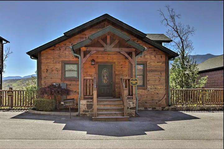 Luxury Gatlinburg Cabin - Great Views & Location!