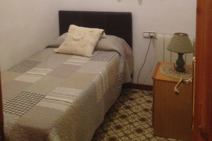 SINGLE ROOM NEAR THE AIRPORT