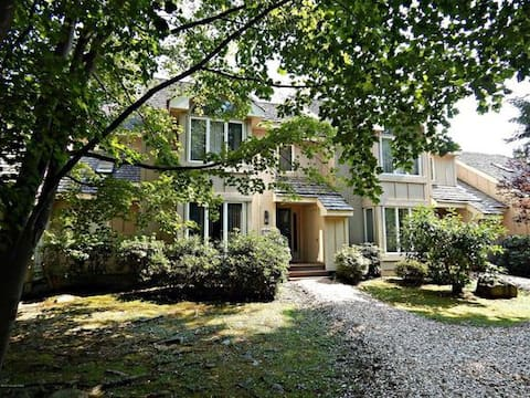 Charming 3 Bedroom Lakefront Townhouse