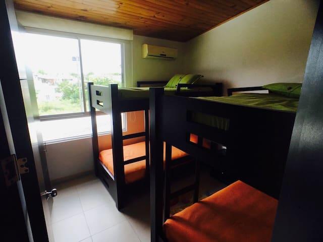 Habitación 3: 2 camarotes de 2 camas cada uno, closet amplío, aire acondicionado.