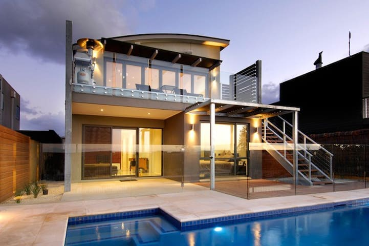 The Sands/Peppers - Modern Luxury - pool and view. - Torquay - Huis
