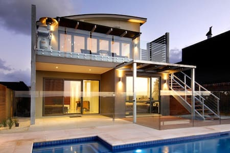 The Sands/Peppers - Modern Luxury - pool and view. - Torquay - Rumah