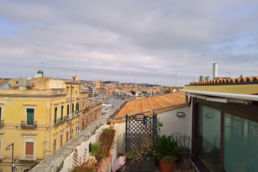 Comodissimo appartamento sul ponte di ortigia for Camino sul ponte rialzato