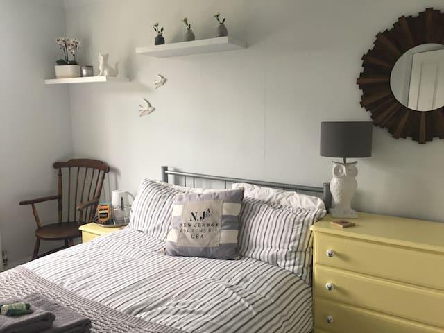 Double bedroom near Goodwood (FREE EV CHARGING)