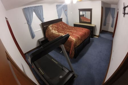 Cozy BR w/ your own full bathroom, 2 min from I64 - House