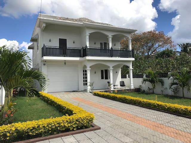 Villa tropicale à deux pas de la plage.